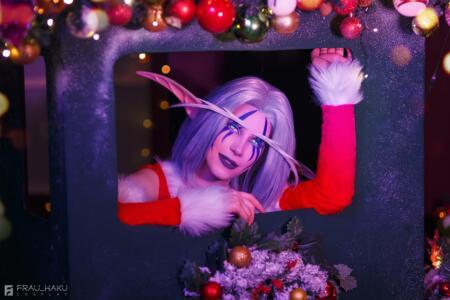 Новогодняя подборка косплея — Вампирелла, Ночная Эльфийка, Санта-Тралл, Персона 5, Ада Вонг.